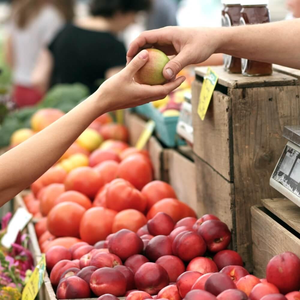 pomme passée dans un magasin de proximité